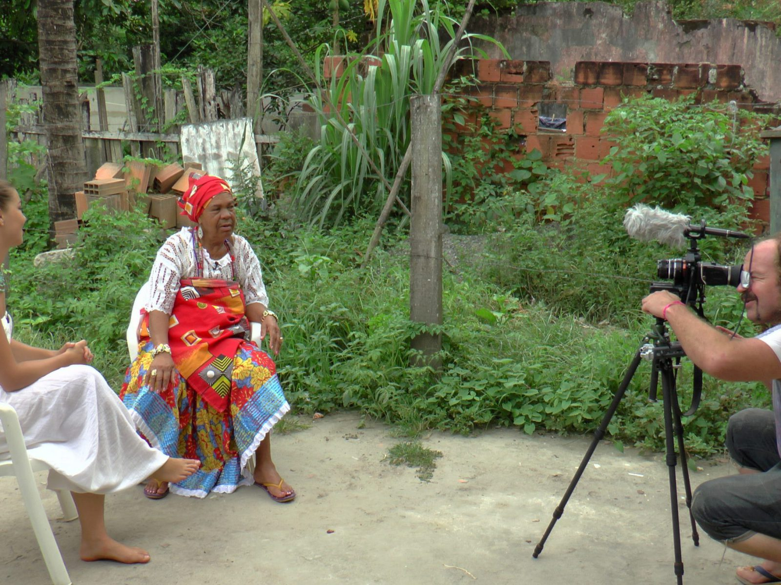 Nicinha do Samba sendo entrevistada por dançarina holandesa. ©Nina GraeffSanto Amaro, outubro de 2014.