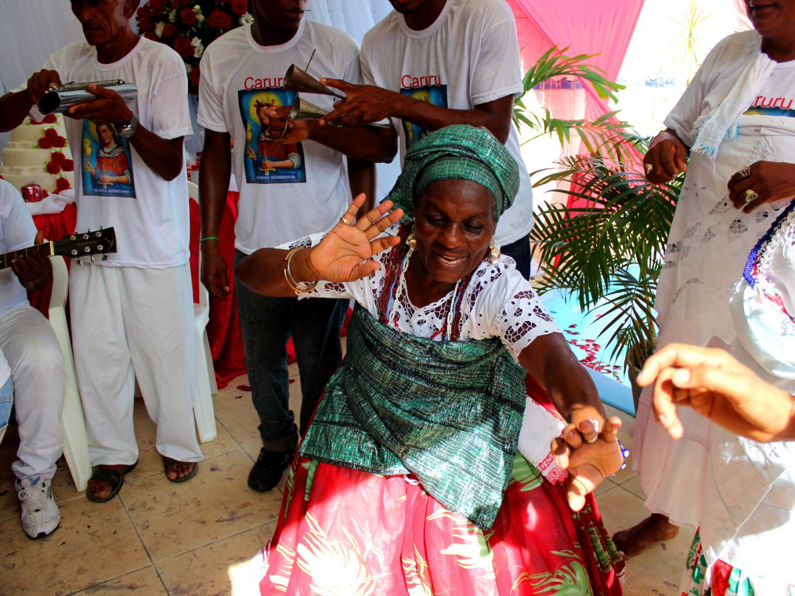 Dona Edinha e grupo Nicinha do Samba e Raízes de Santo Amaro. Arembepe-BA, Dezembro de 2014. ©Nina Graeff